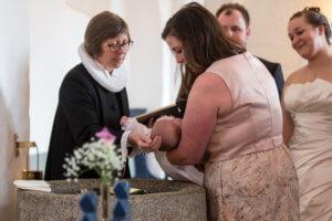 Baredåb, baby bliver døbt