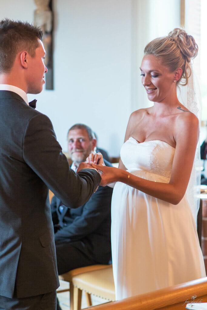 Bryllupsfotograf til bryllup ved Skovsøen i Odense